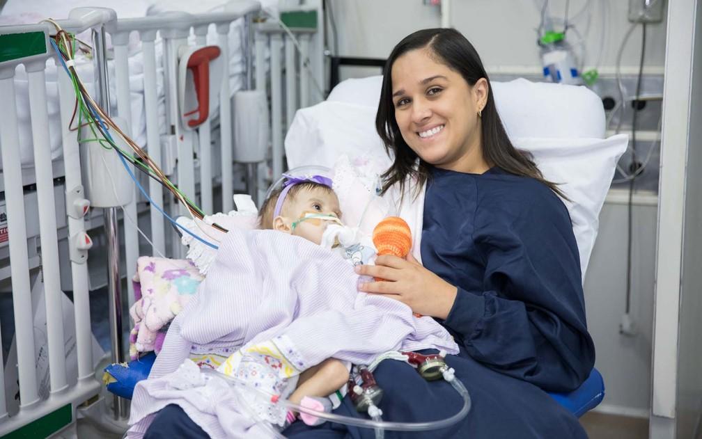 Lorena, sua mãe e os corações artificiais na UTI do Incor (Foto: Celso Tavares/G1)