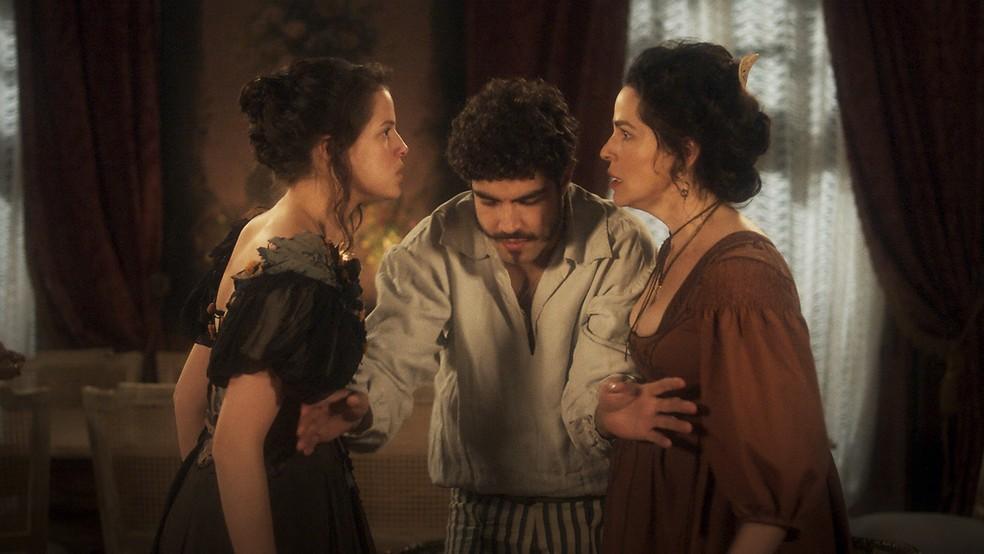 As irmãs Domitila (Agatha Moreira) e Benedita (Larissa Bracher) brigam e Dom Pedro (Caio Castro) intervém, em 'Novo Mundo' — Foto: TV Globo