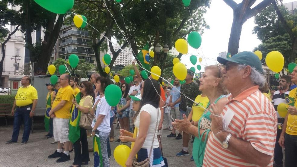 Manifestantes soltaram bexigas verdes e amarelas em Piracicaba (Foto: Joice Starke/EPTV)