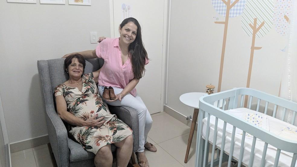 Thais curtindo a barriga da mãe Tereza, que está no oitavo mês de gestação do próprio neto  — Foto: Vanessa Pires/G1