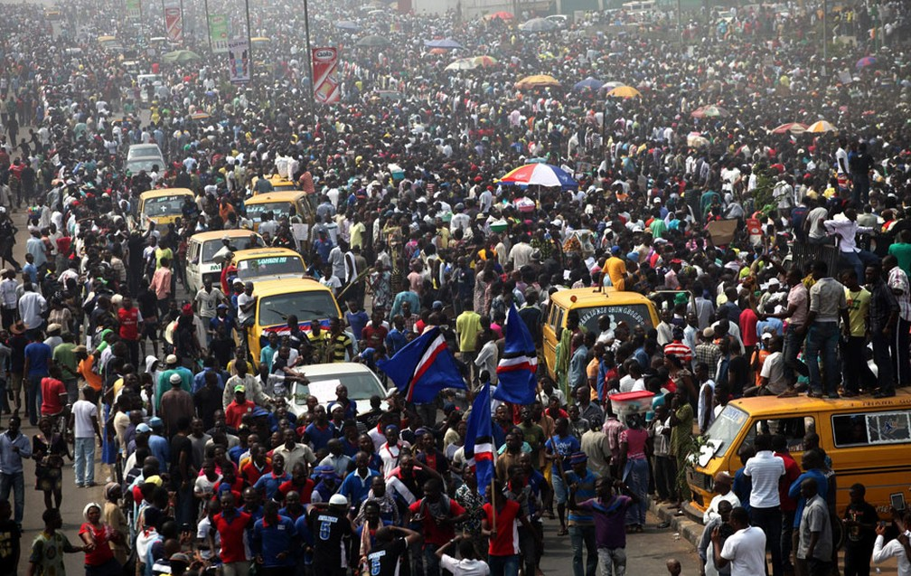 Multidão em Lagos, na Nigéria, durante protestos contra a retirada de subsídios para combustível em 2016 — Foto: Akintunde Akinleye/Reuters