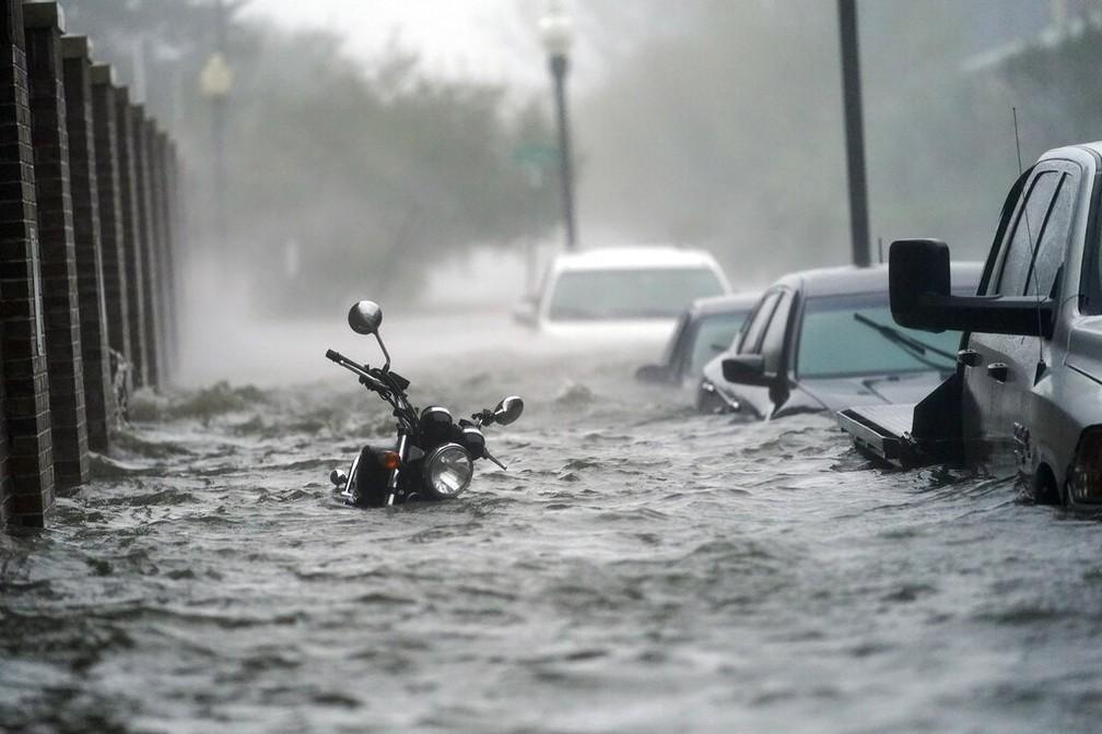 Rua de Pensacola, na Flórida, ficou alagada após a passagem do furacão Sally na costa sul dos EUA nesta quarta (16) — Foto: Gerald Herbert/Reuters