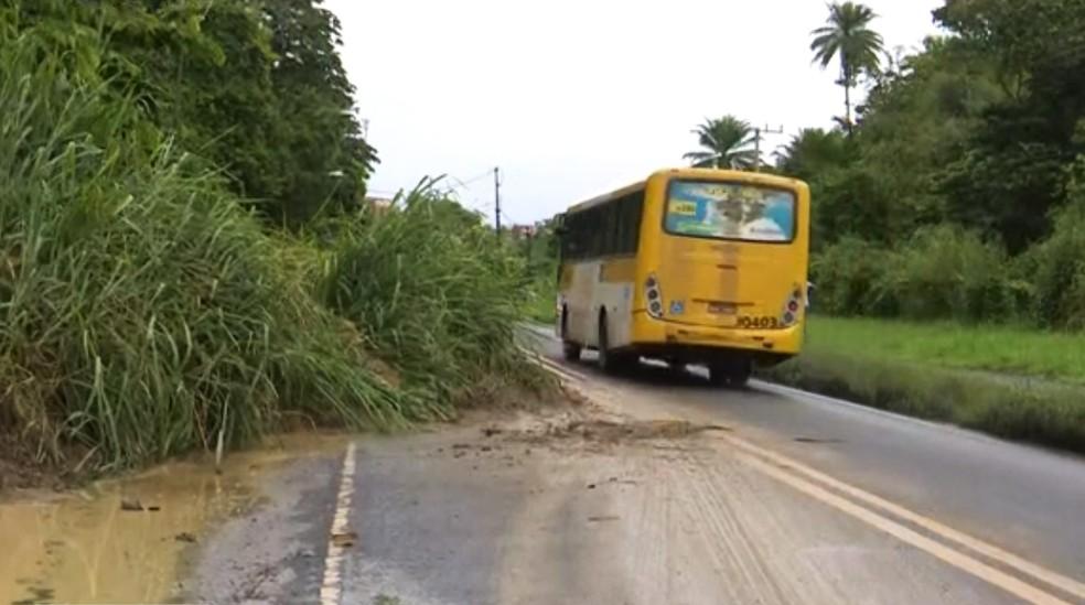 Homem roubou moto na Estrada do Derba, em Salvador, junto com comparsa, e foi preso em Simões Filho — Foto: Reprodução/TV Bahia