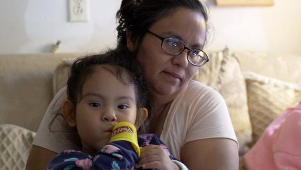 'Às vezes, não há o que comer', diz Débora Hernández, cidadã americana nascida em Escobares (Foto: BBC News)