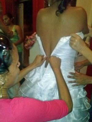 Amigas tentam fechar vestido de noiva de Derlane (Foto: Derlane Marques/Arquivo Pessoal)