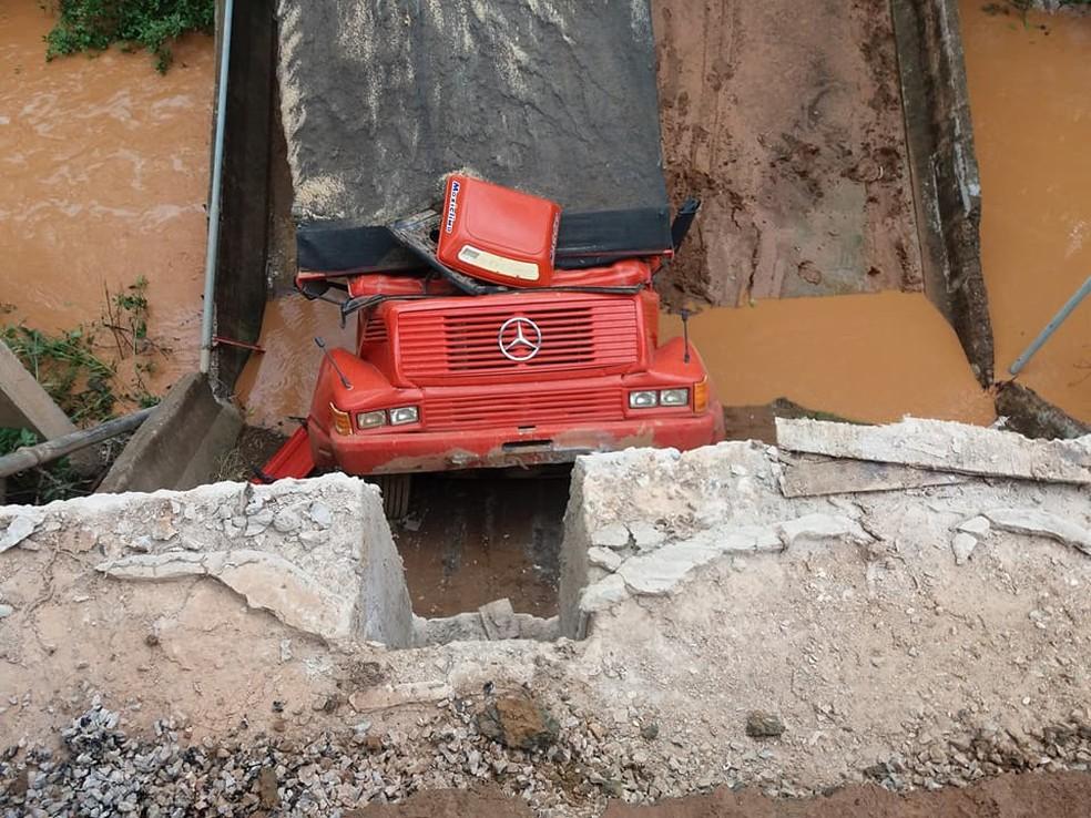 Veículo caiu ao atravessar a ponte (Foto: Fernando Abreu/Arquivo Pessoal)