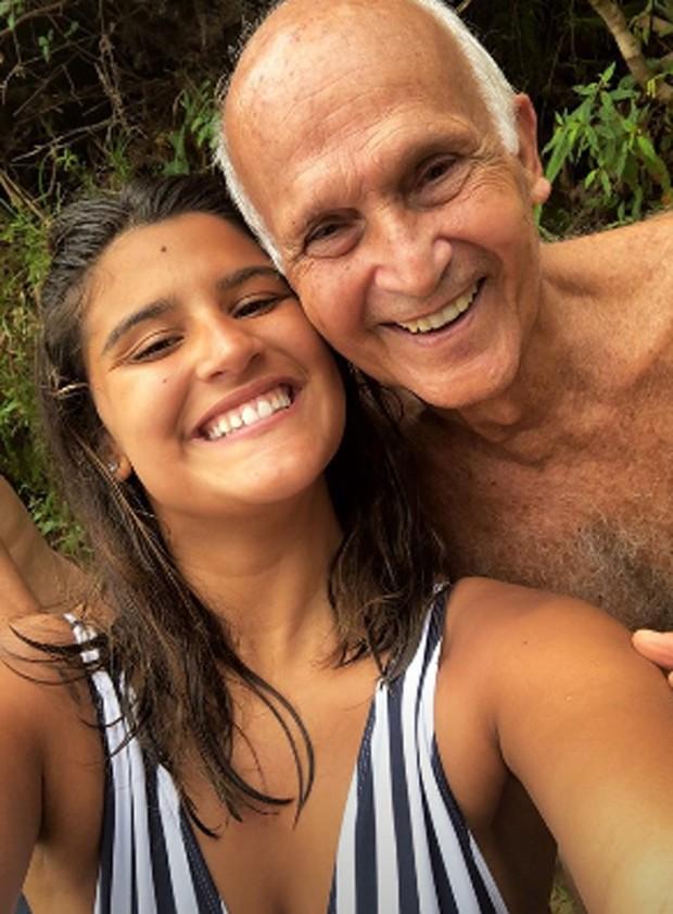 Giulia Costa e o avô (Foto: reprodução / instagram)