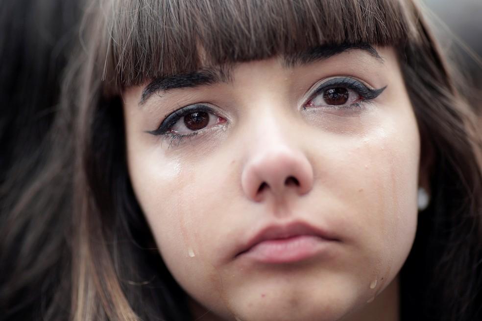 Estudante chora durante abraço coletivo, nesta sexta-feira (15), em escola palco de massacre em Suzano (SP) — Foto: REUTERS/Ueslei Marcelino