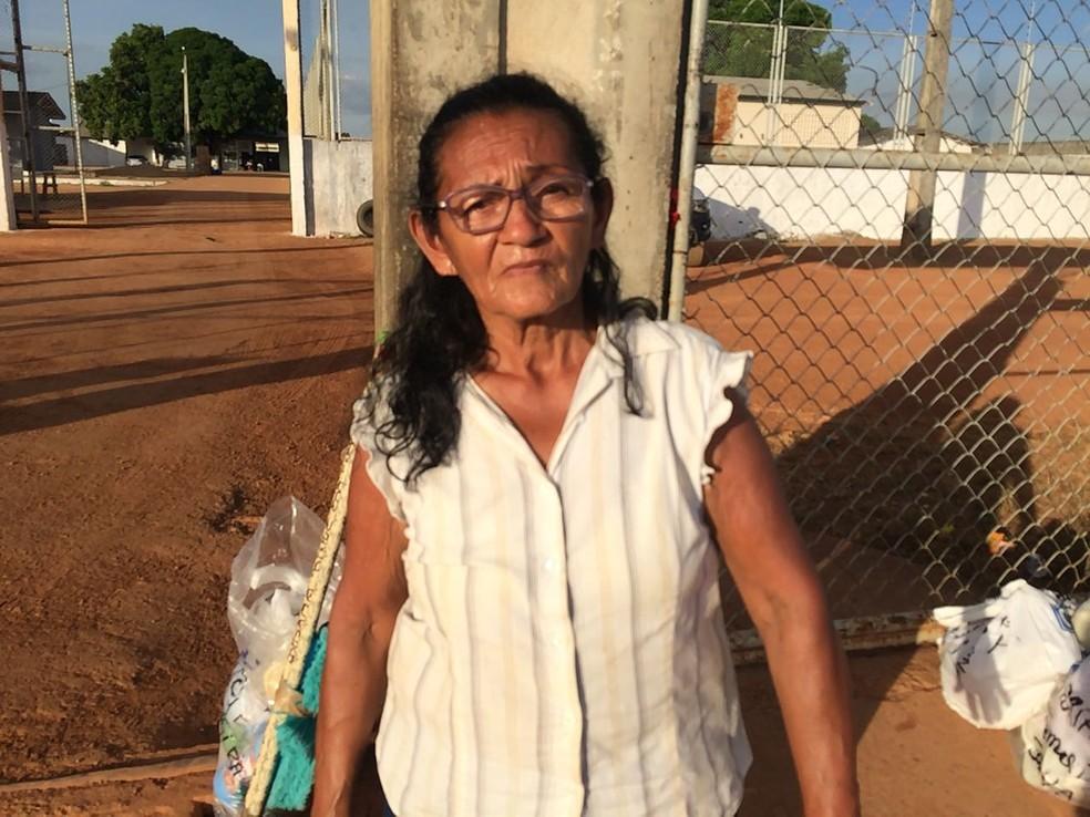 A aposentada Carlota Alencar em frente à unidade prisional nesta quinta-feira (10) (Foto: Alan Chaves/G1 RR)