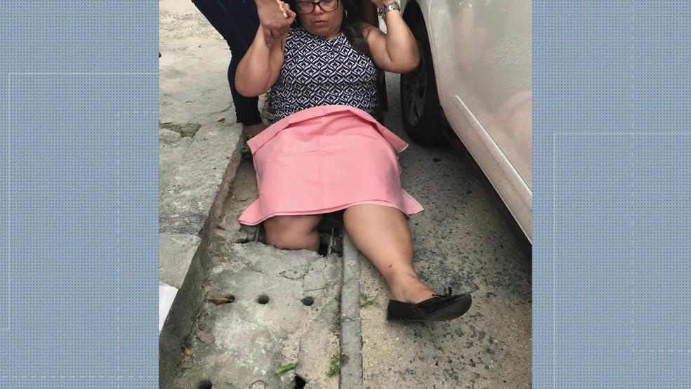 Mulher cai em bueiro quebrado em Campo Grande — Foto: Reprodução / Tv Globo