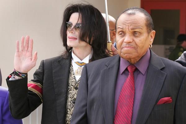 O cantor Michael Jackson com o pai, o empresário Joe Jackson (Foto: Getty Images)