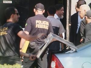 O assessor da Secretaria da Pesaca, Clemerson José Pinheiro da Silva (de cabelo branco, à direita), chega à superintendência da PF em Brasília (Foto: TV Globo/Reprodução)