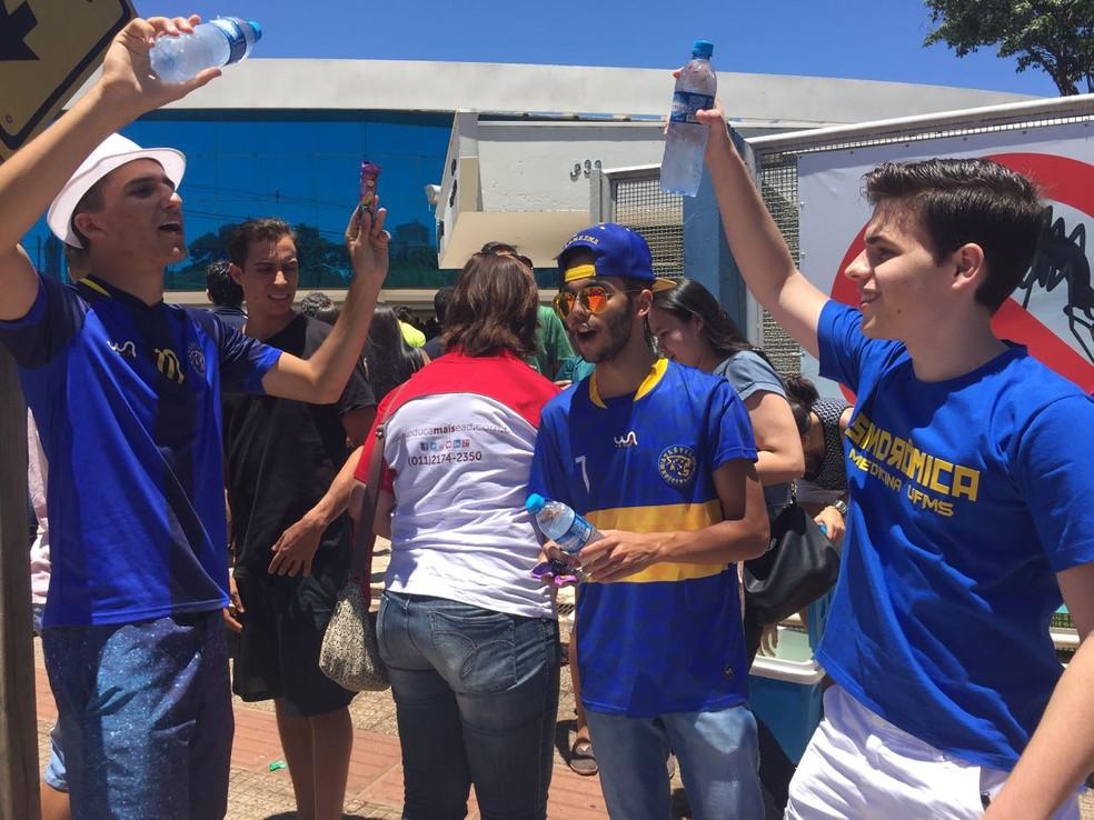 -  Universitários de MS vendem água para candidatos do Enem para arrecadar dinheiro para formatura  Foto: Graziela Rezende/G1 MS
