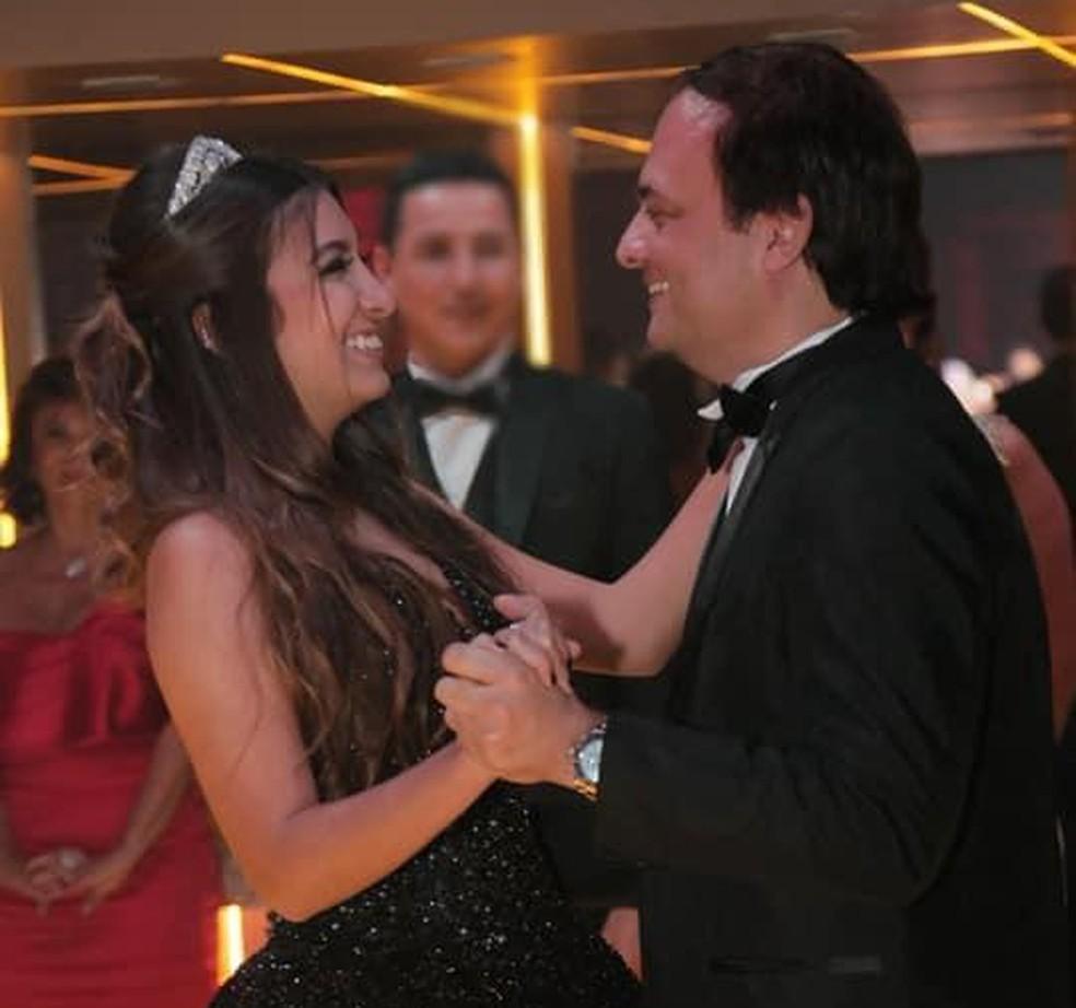 César Visconti e a filha Yasmim, de 15 anos, dançando em uma festa — Foto: Arquivo pessoal