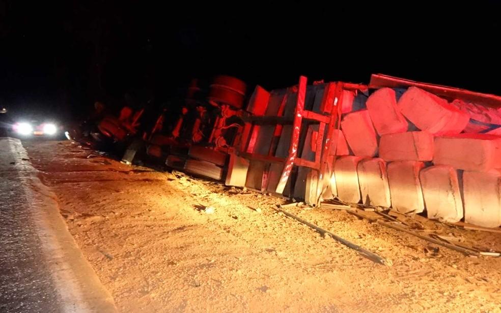 Motorista da carrera disse à polícia que perdeu controle da direção após visão ser ofuscada por farol de outro veículo na Bahia (Foto: Jadiel Luiz/Blog SigiVilares)