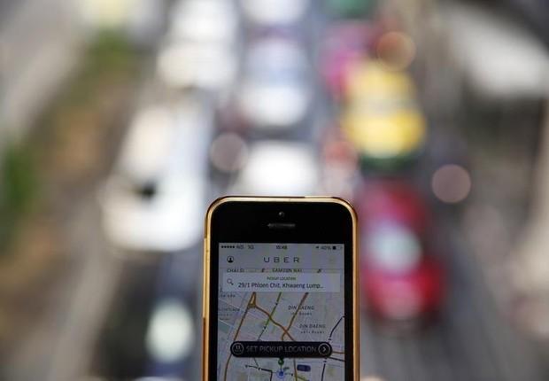 Usuário do aplicativo Uber é visto na área central de Bangcoc (Foto: Damir Sagolj/Reuters)