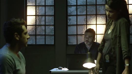 Antônia pressiona Agnaldo para saber detalhes do roubo