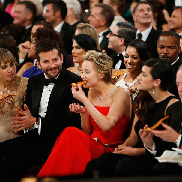 Celebridades comendo no Oscar (Foto: Getty Images)