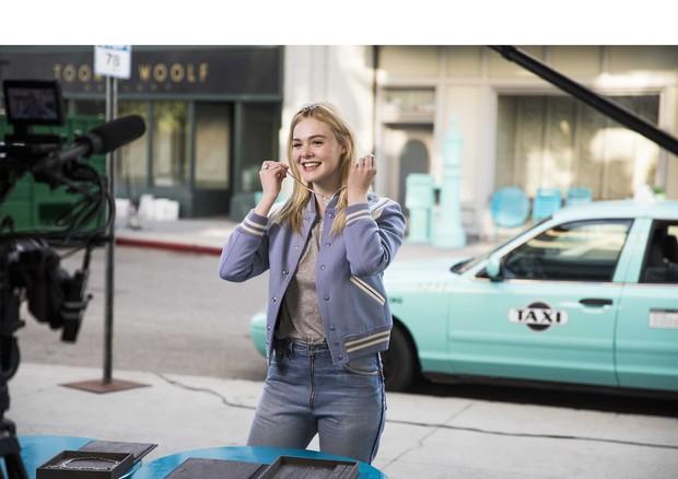 Elle Fanning  nos bastidores de sua campanha com a Tiffany (Foto: Divulgação)