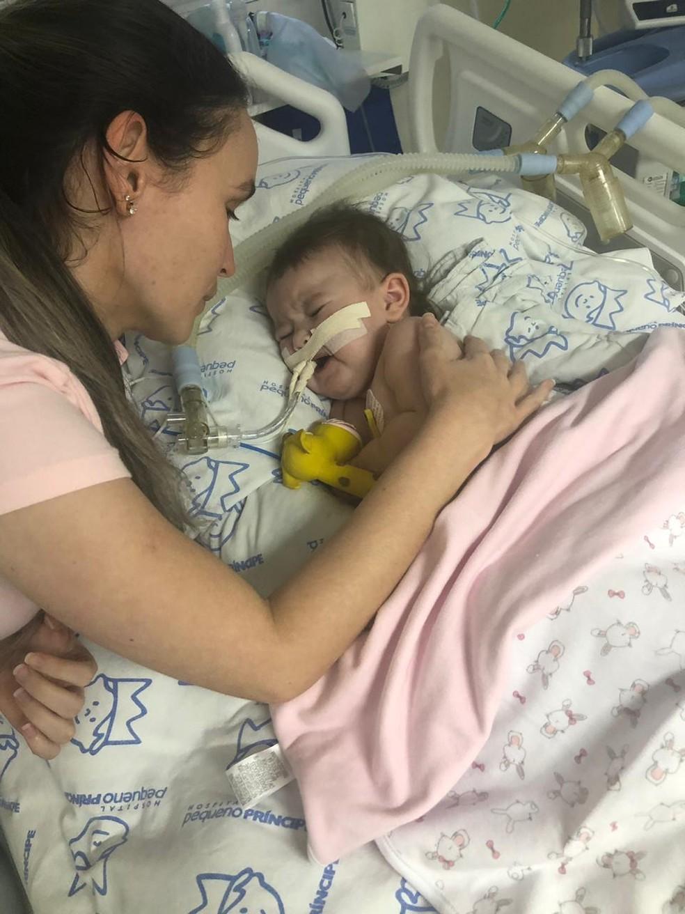 Mãe acompanha tratamento da filha diagnosticada com AME — Foto: AME Antonella/Arquivo Pessoal