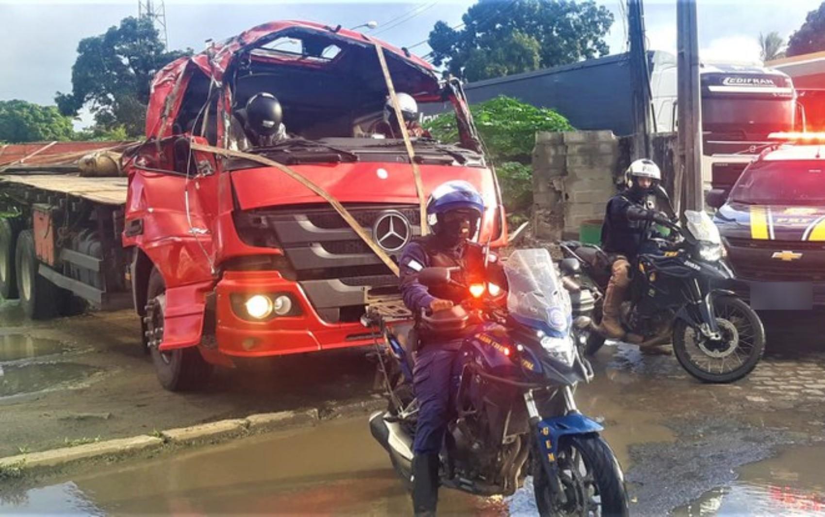 Motorista é flagrado enquanto dirigia caminhão com cabine destruída por acidente na BA