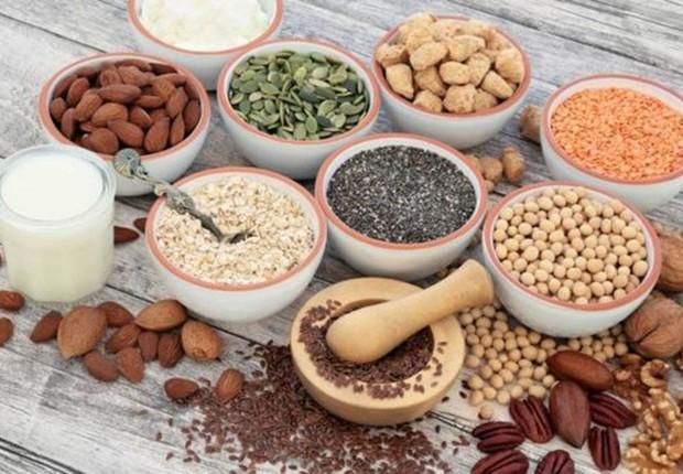 A substituição de carboidratos por proteínas e gorduras vegetais, como nozes, foi associada a uma ligeira redução do risco de morte (Foto: Getty Images via BBC)