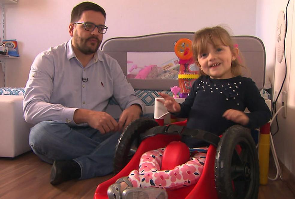 Pai montou essa cadeirinha com rodas para a filha Ana Paula (Foto: TV Globo/Reprodução)