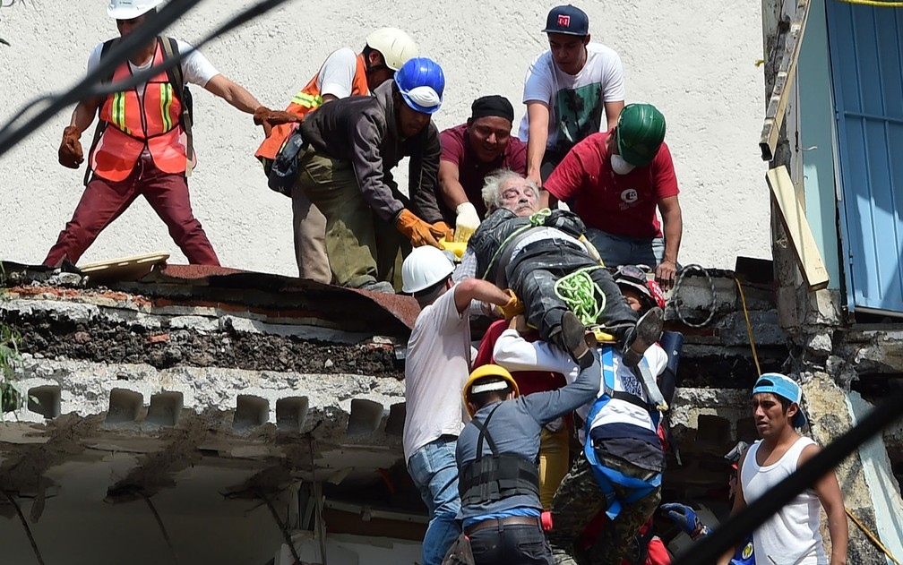 Um homem é resgatado de escombros em um prédio na Cidade do México após terremoto na terça-feira (19) (Foto: Ronaldo Schemidt/AFP )