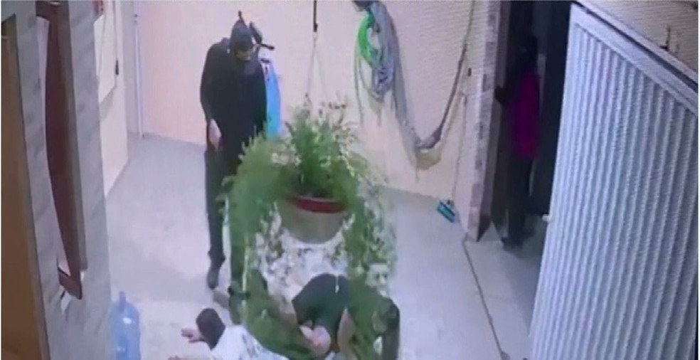 Homem tortura as vítimas enquanto realiza assalto, em Esperança — Foto: Foto: Reprodução