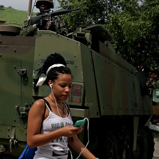 O Exército elegeu a Vila Kennedy, na Zona Oeste, como laboratório da intervenção na segurança do estado do Rio (Foto: Pilar Olivares/Reuters)