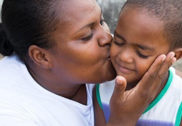 Mãe de três filhos, Andrea trabalha como cuidadora de idosos. Nicolas é seu caçula (Foto: TAINARA TORRES/BBC BRASIL)