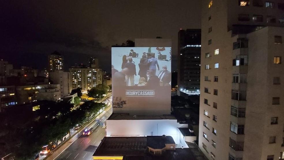 Grupo projetou vídeo em prédios da capital pressionando o presidente da Alesp, Carlão Pignatari, pela cassação de deputado Fernando Cury, que tocou o seio da deputada Isa Penna — Foto: Divulgação
