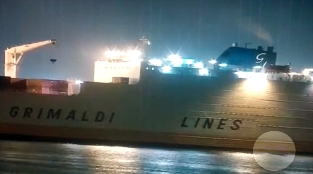 Câmeras registraram aproximação de barco próximo ao navio 'Grimaldi Grande Nigéria' (Foto: G1 Santos)