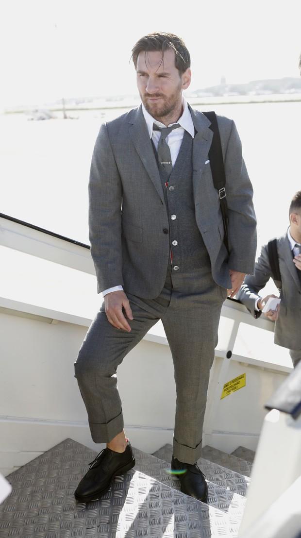 Messi embarcando para Londres com o novo traje de passeio do Barcelona  (Foto  Divulgação ce81bb63031