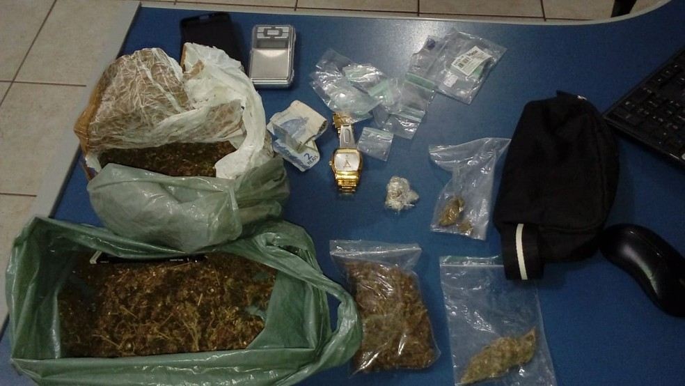 Polícia apreendeu cerca de 750 gramas de maconha (Foto: Polícia Militar/Divulgação)