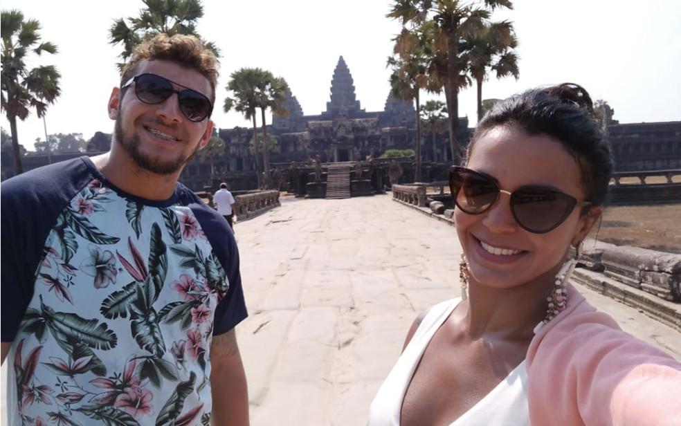 Joice Pacheco e Francisco Junior aguardam, no Camboja, um voo de repatriação   — Foto: Arquivo Pessoal