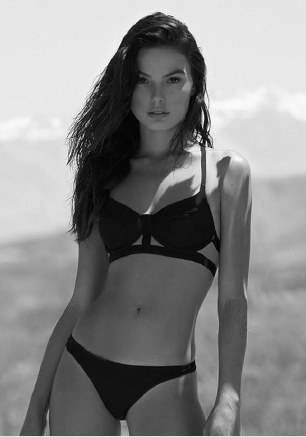 A atriz exibe barriga sarada em campanha de lingerie  (Foto: Reprodução Instagram)
