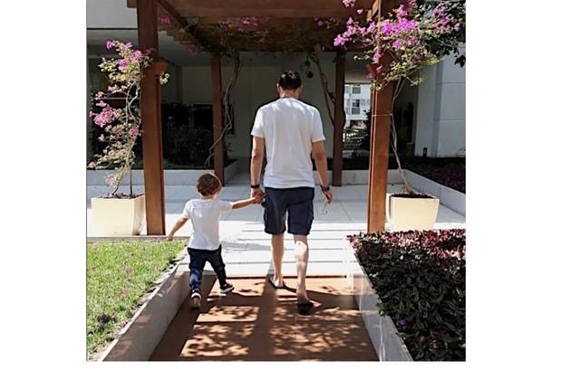 Jardim do condomínio onde a família mora. Na foto, Theo com o avô (Foto: Reprodução)