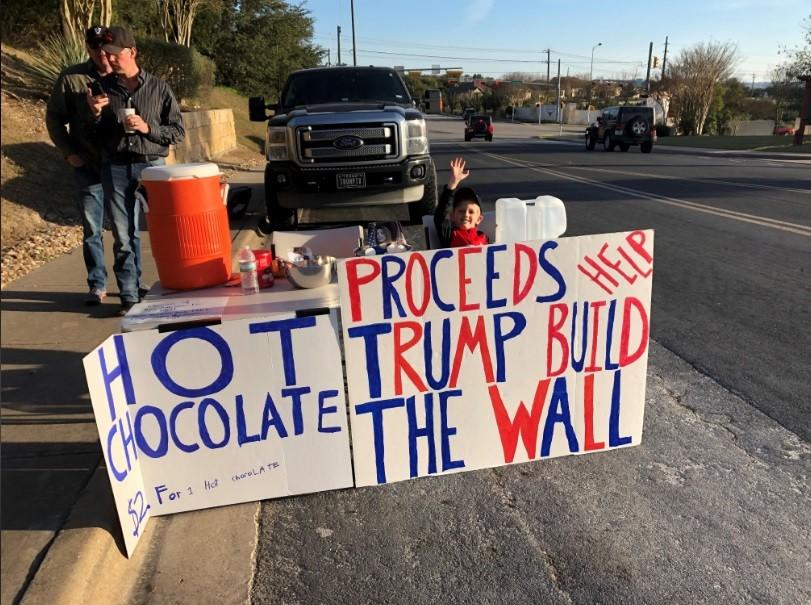 """Nas placas, lê-se: """"Chocolate quente por $2. Proventos ajudam Trump a construir o muro"""". (Foto: Reprodução Facebook)"""
