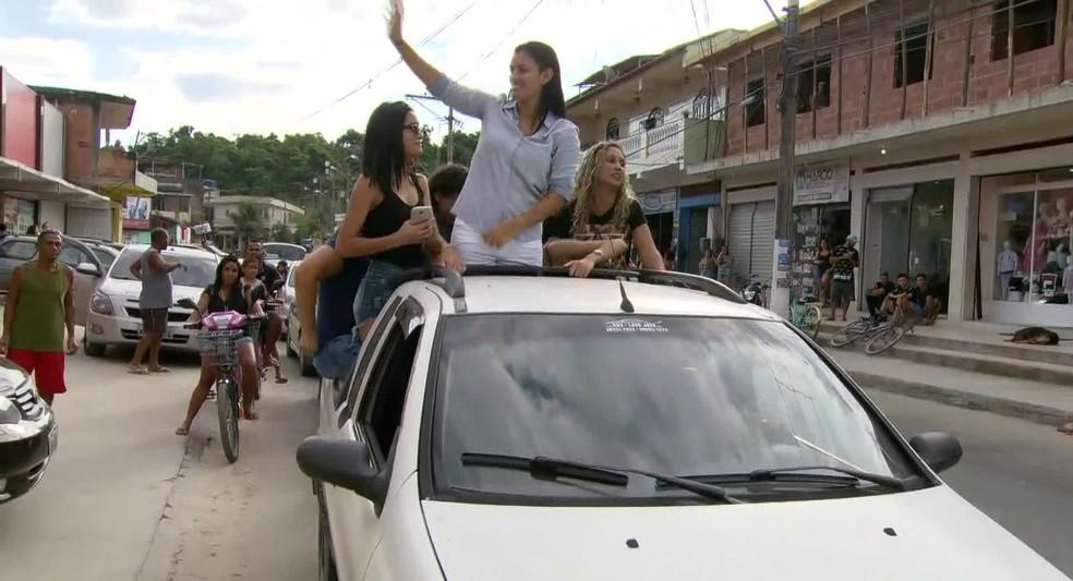 Danielle Fortes desfila em carro aberto e acena pelas ruas de Magé nesta terça  — Foto: Reprodução/ TV Globo