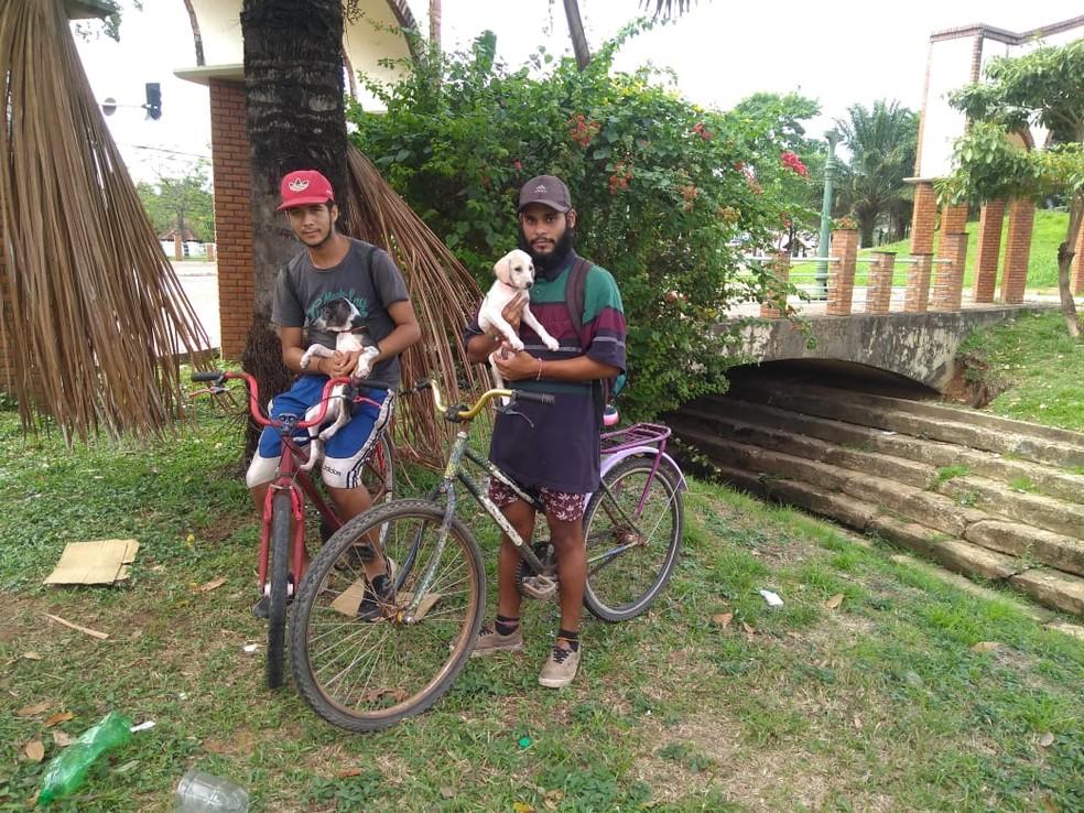 Irmãos saíram da Venezuela de biclicleta — Foto: Alcinete Gadelha/G1