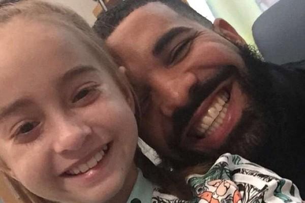 A visita de Drake ao hospital no qual está internada a pequena Sofia Sanchez (Foto: Instagram)