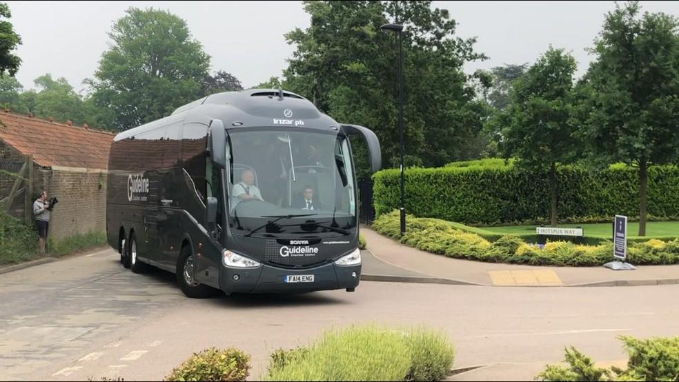 Ônibus da Seleção Brasileira chega ao CT do Tottenham (Foto: Helena Rebello)