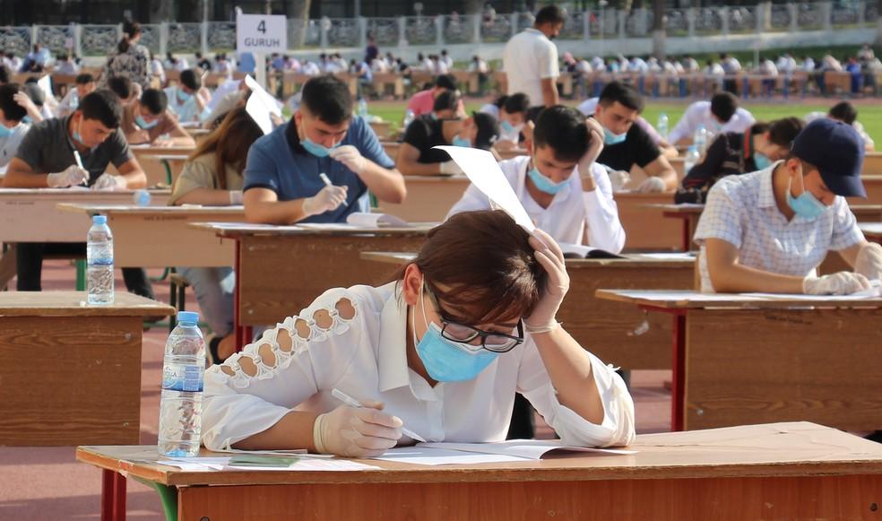 2 de setembro - Estudantes fazem vestibular em uma arena esportiva. Ideia é evitar transmissão do coronavírus. — Foto: Mukhammadsharif Mamatkulov/Reuters
