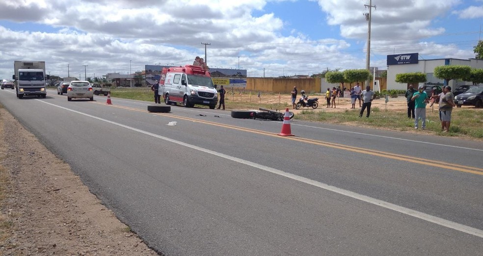 Pneus se soltaram de caminhão e atingiram motociclista na BR-110 no RN — Foto: Hugo Andrade/Inter TV Costa Branca