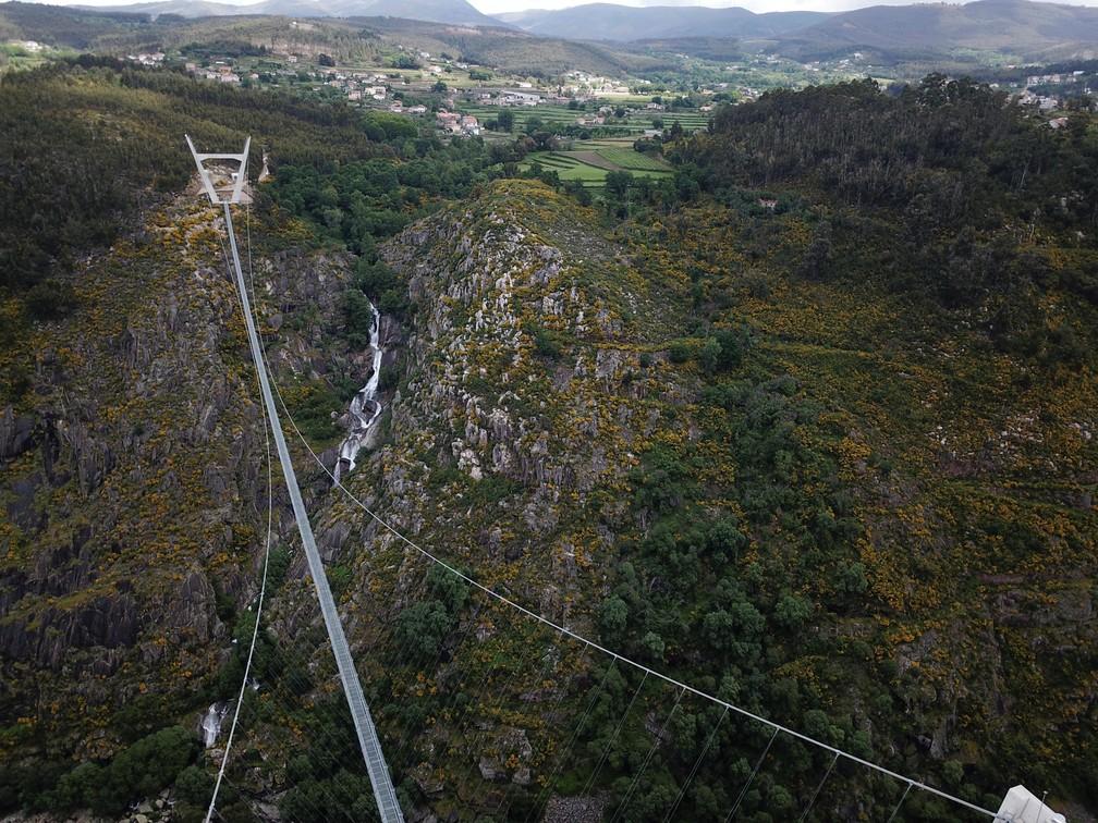 A 'Arouca 516', maior ponte suspensa para pedestres do mundo, agora aberta para residentes locais no norte de Portugal, em 29 de abril de 2021 — Foto: Violeta Santos Moura/Reuters