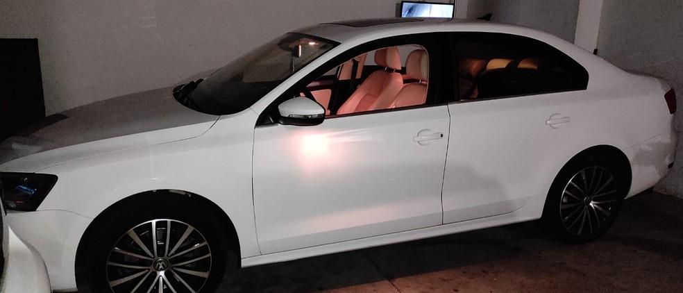 Carro chamou atenção da PM por trafegar em alta velocidade nas ruas de Álvaro de Carvalho — Foto: Polícia Militar/Divulgação