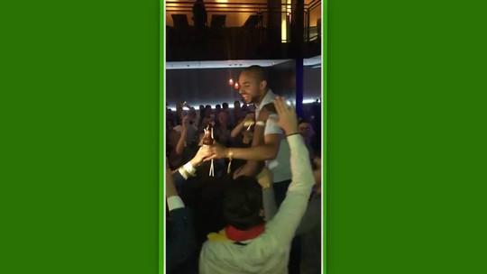 """FIFA 19: MoAuba celebra título mundial com festa, cerveja e é carregado """"à la Formula 1"""""""