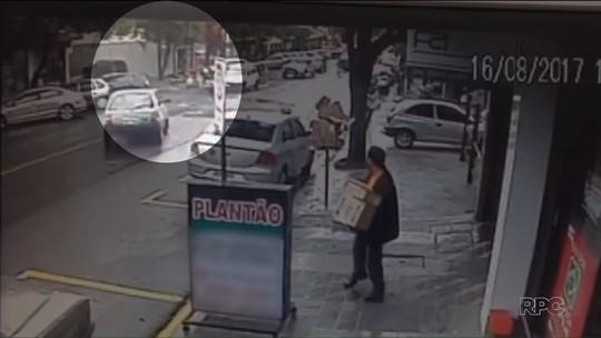Suspeito de assaltar agência dos Correios bate em carro na fuga e morre ao trocar tiros com a PM; vídeo