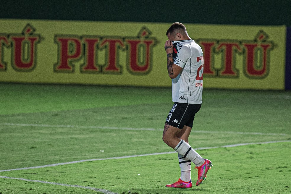 Bruno Gomes chora após ser expulso em Goiás x Vasco — Foto: Heber Gomes/Agif